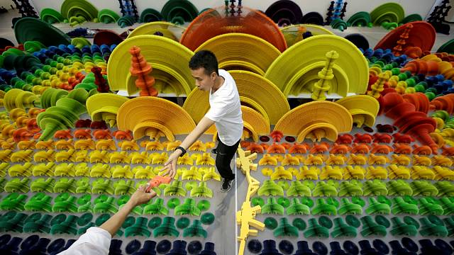Пистолет суть цветок: в Пекине открылась выставка кинетической скульптуры