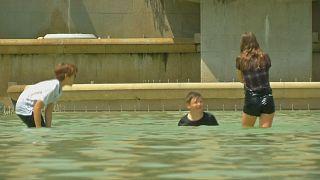 Parigi: ondata di caldo, fontane prese d'assalto