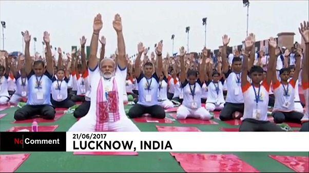 انجام تمرینات یوگا در کنار نخست وزیر هند