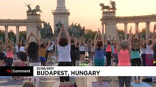 Утреннее занятие йогой на площади Героев в Будапеште