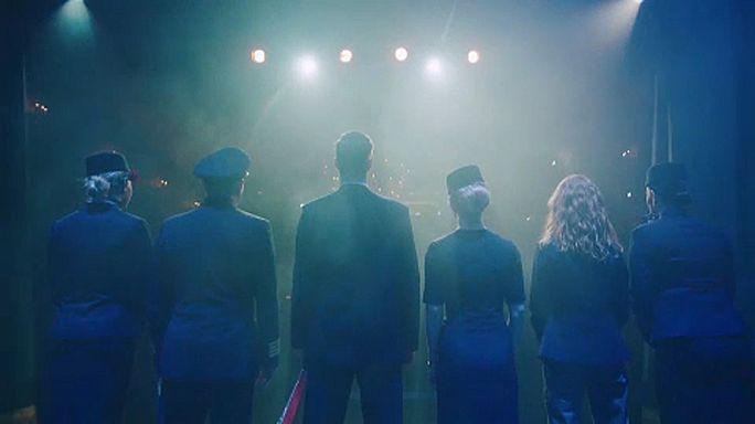 Színház a felhők felett: stewardesek játszanak az utasoknak