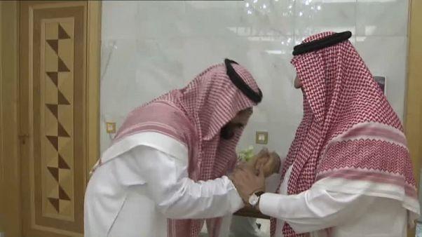 تقبيل الأيادي .. بين التقليد والرمزية السياسية