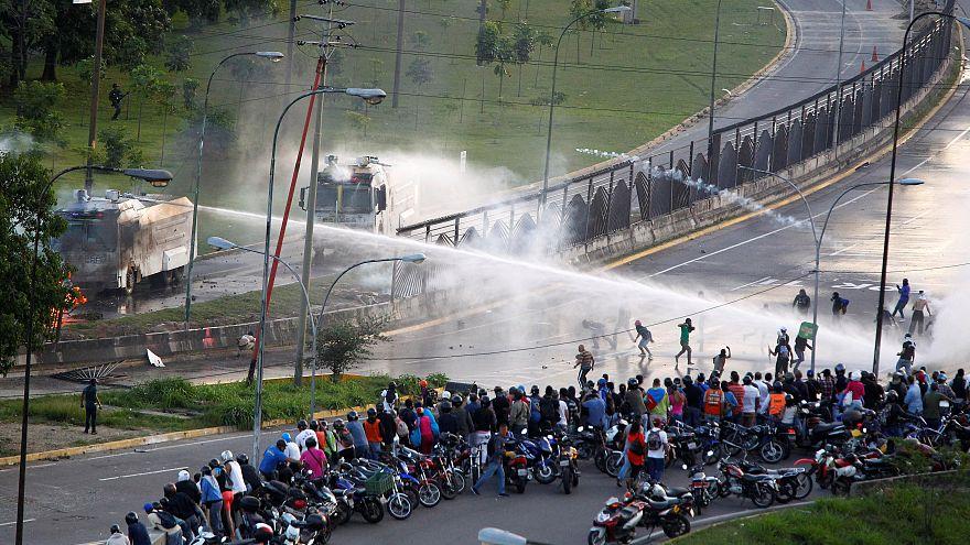 دود و آتش در خیابانهای کاراکاس، معترض ۲۲ ساله کشته شد