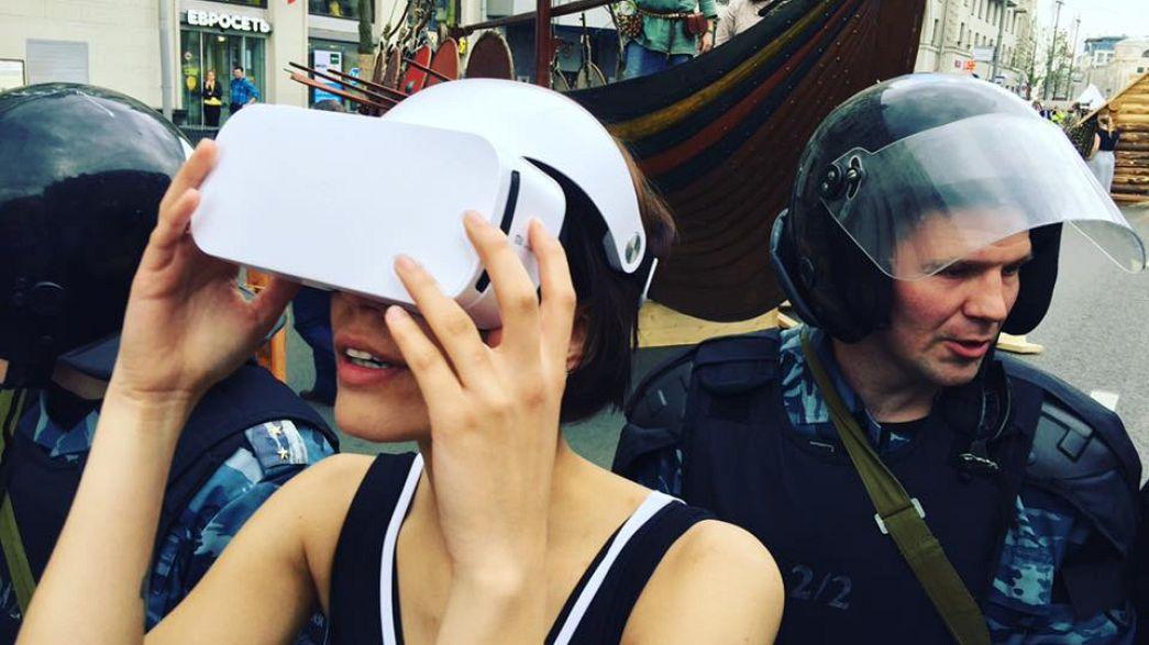 Moskauer Künstlerin für Tragen einer VR-Brille verhaftet