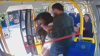 Megpofoztak egy 21 éves nőt a buszon, mert rövid ruhát viselt