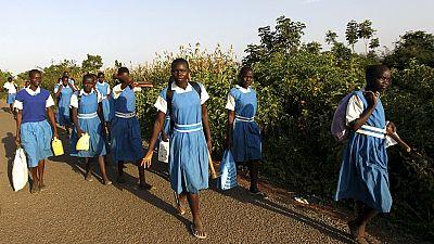Kenya : le président va offrir gratuitement des serviettes hygiéniques aux filles scolarisées
