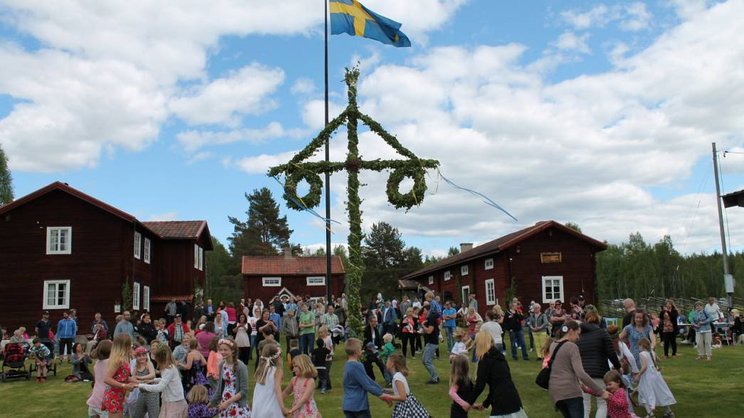Midsommar in Schweden leitet 5 Wochen Ferien ein: Blumenkränze, Frösche, Schnaps und mehr