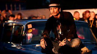 Johnny Depp infiamma Glastonbury con una battuta contro Trump