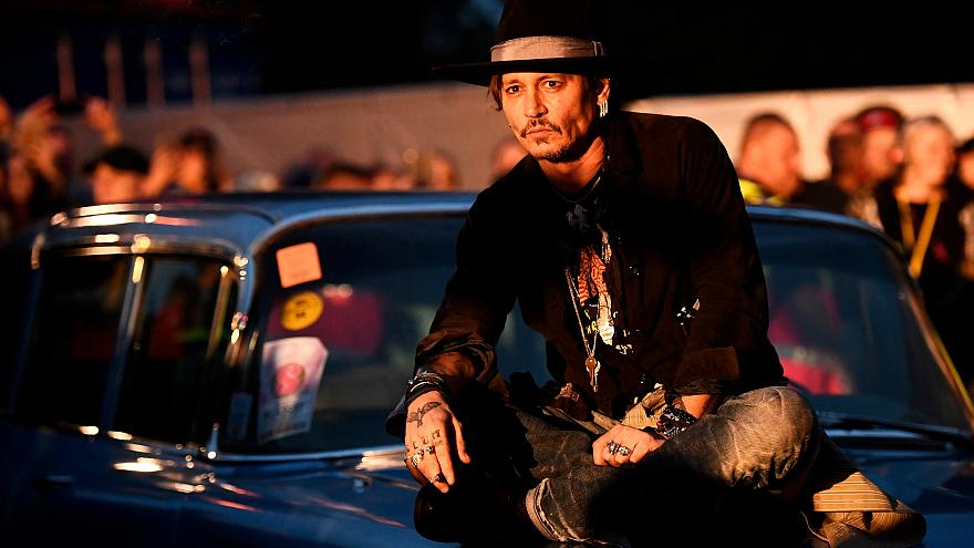 Johnny Depp agita Glastonbury