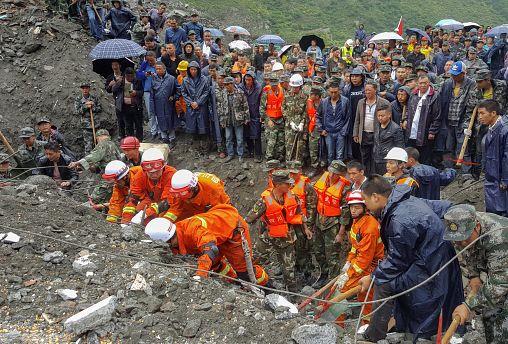 China: 100 pessoas soterradas por um deslizamento de terra