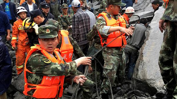 China: Dorf unter Geröll begraben