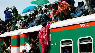 شاهد: القطارات والعبارات تختنق بالبنغاليين المسافرين لقضاء العيد مع ذويهم