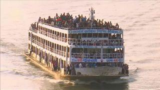 Bangladeş'te bayram için yola koyulan insan manzaraları