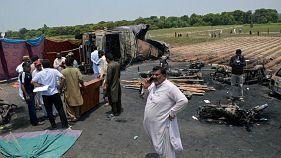 Πακιστάν: Δεκάδες κάηκαν ζωντανοί μετά από ανατροπή βυτιοφόρου