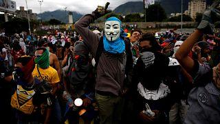 Opositores manifestam-se nas imediações de base aérea de La Carlota