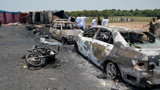 Pakistan, in fiamme autobotte: almeno 141 morti