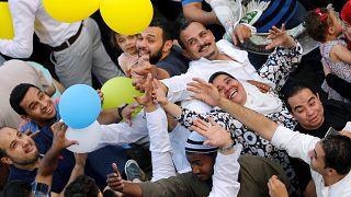 شاهد: العالم العربي يحتفل بالعيد رغم التوتراث وتزايد الخلافات