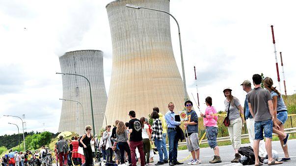 Une chaîne humaine dénonce le danger nucléaire en Belgique