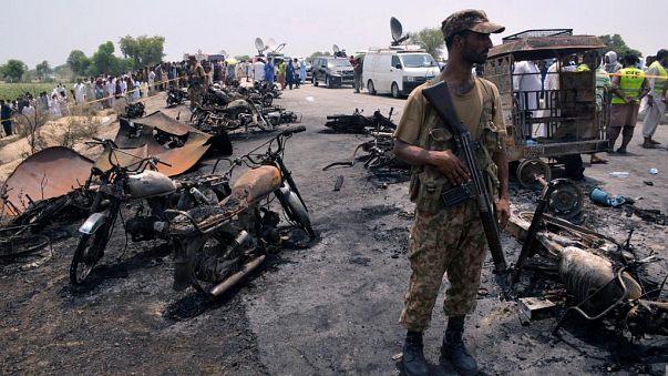 Pakistan: scoppia autobotte piena di benzina, almeno 150 morti