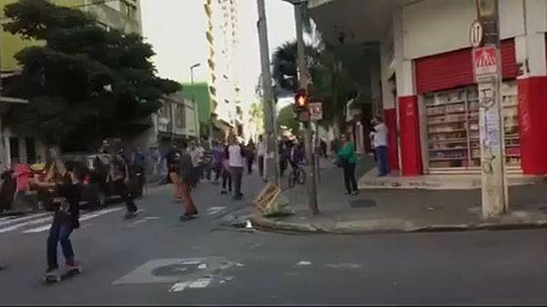 Sao Paulo'da otomobil kaykaycıların arasına daldı