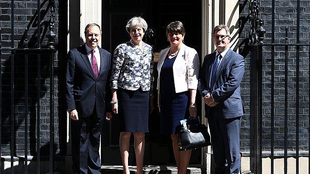 İngiltere'de azınlık hükümeti için anlaşma sağlandı