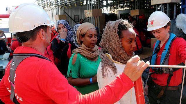 Migrantes: Milhares resgatados das águas do Mar Mediterrâneo