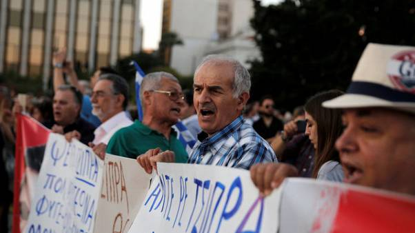 Basureros en huelga se enfrentan con la Policía en Atenas