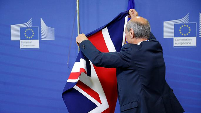 """Breves de Bruxelas"": Barnier desiludido com May, Itália resgata bancos"