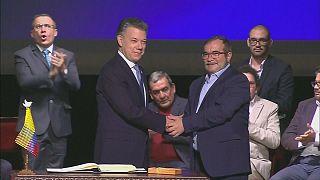 Colômbia: FARC entregam armas