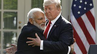 Όχι μία, όχι δύο αλλά τρεις αγκαλιές για τον Τραμπ με αγάπη από την Ινδία