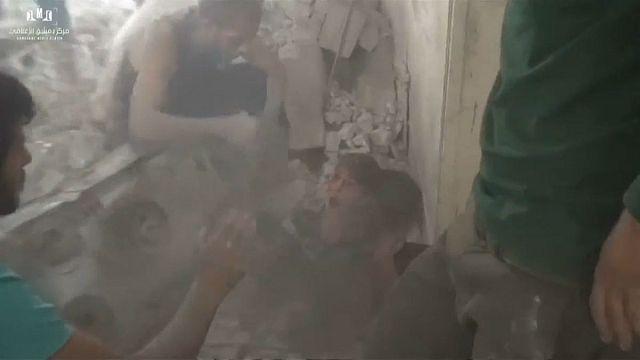 شاهد: انقاذ طفلين من تحت الأنقاض إثر غارة جوية في ضاحية عين ترما في دمشق