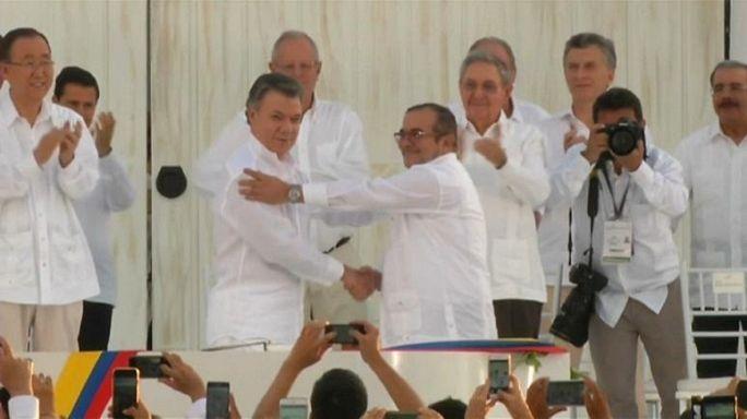 Kolombiya FARC'ın silah bırakmasını kutluyor. Canlı yayında euronews ekranlarından izleyebilirisiniz