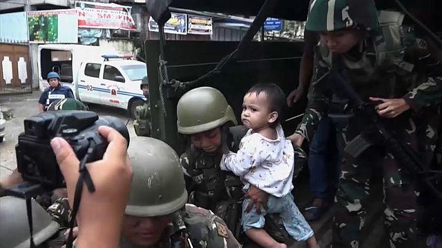 Soldaten retten kleines Mädchen in Marawi