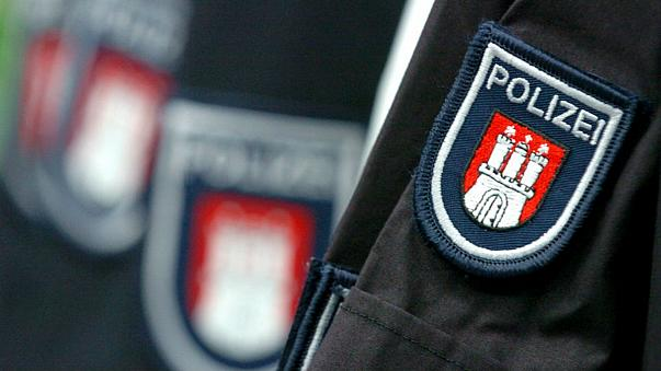 الشرطة الألمانية ترتكب الموبقات في الأماكن العامة