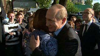 تمهيدا لحملته الانتخابية.. بوتين يزور عائلة فقيرة