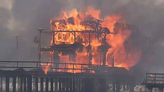 شاهد: حريق كبير يدمر عددا من المنازل على ضفاف بحيرة بين النمسا والمجر