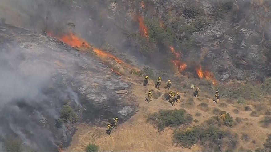 حرائق الغابات تهدد المنازل قرب لوس أنجلس