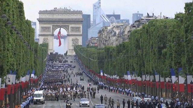 Trump volta a apertar a mão a Macron em Paris a 14 de julho