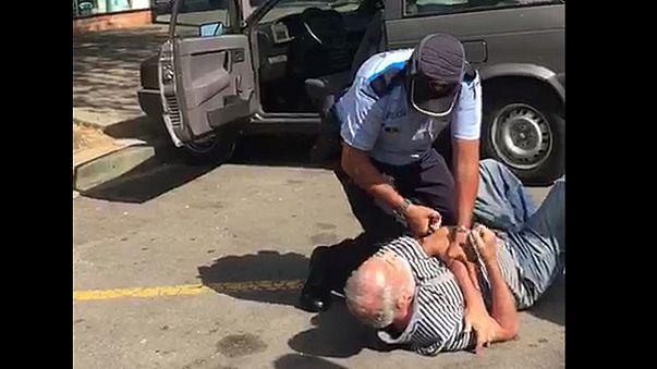 Un policía tira al suelo a un anciano por aparcar mal