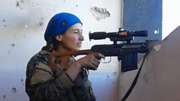 Proiettile quasi la uccide, combattente curda reagisce con un sorriso