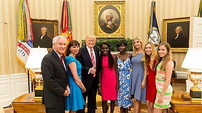Donald Trump rencontre deux lycéennes de Chibok