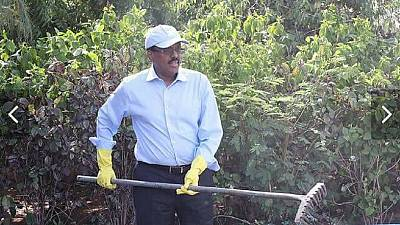 [Photos] Sleeves rolled, gloves on: Somali President joins clean up exercise