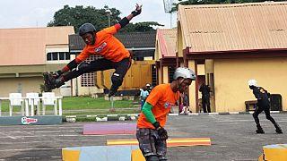 Un groupe de jeunes s'initie au patinage dans la ville de Lagos [no comment]