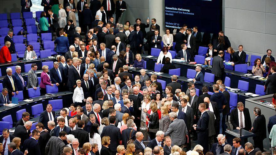 """Bundestag beschließt umstrittenes """"Facebook-Gesetz"""""""