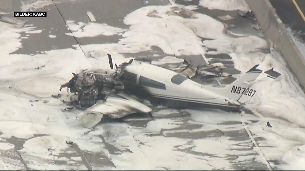 Avião cai em autoestrada perto de aeroporto na Califórnia
