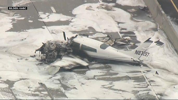 Özel uçak otoyola düştü: 2 yaralı