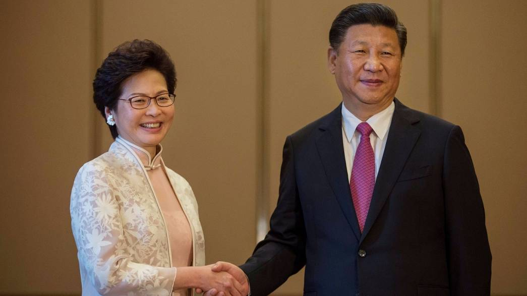 China celebra Hong Kong em clima de tensão