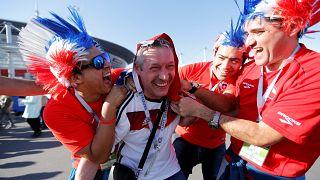Más de 12 000 hinchas chilenos animan a su equipo en las calles de San Petersburgo