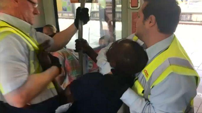 شاهد: حراس ألمان يسحبون بالقوة مواطنا إفريقيا خارج أحد القطارات