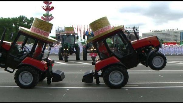 Tanzende Traktoren zum Nationalfeiertag in Minsk